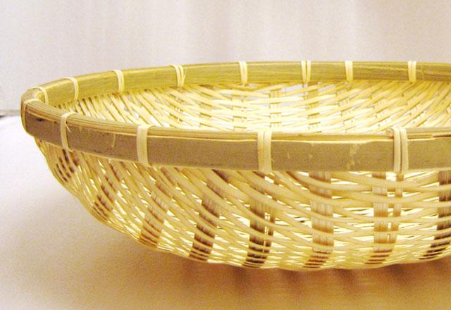 様々な用途に使える手編みの竹籠。